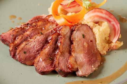 Peito de pato crocante e polenta de milho com foie gras